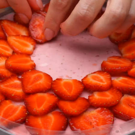Подготовленную клубнику красиво выкладываем кругами на застывший торт.