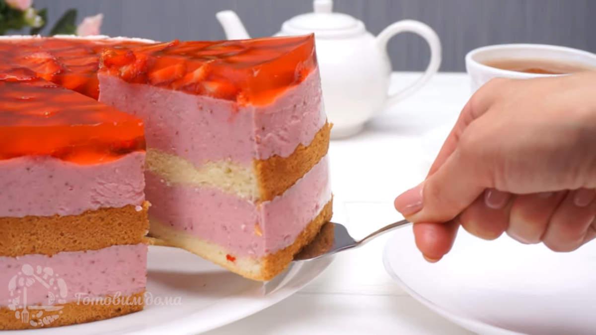 Торт с клубникой получился красивым и вкусным. В нем отлично сочетается воздушный бисквит с нежным клубнично-творожным кремом. А свежая и ароматная клубника сверху придает этому торту яркий и аппетитный вид. Обязательно приготовьте такой торт, порадуйте своих родных и близких.