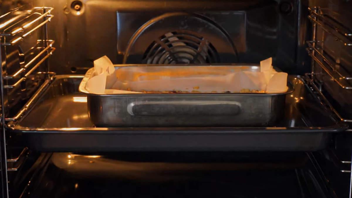 Форму ставим в духовку разогретую до 160 град и выпекаем 35 минут.