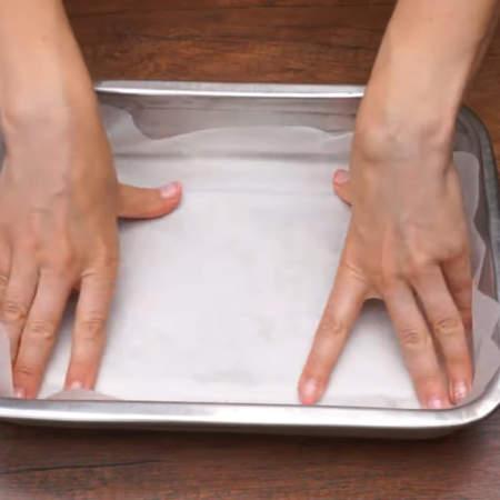 Форму для выпечки застилаем пергаментной бумагой. Я взяла форму размером 22 * 30 см.