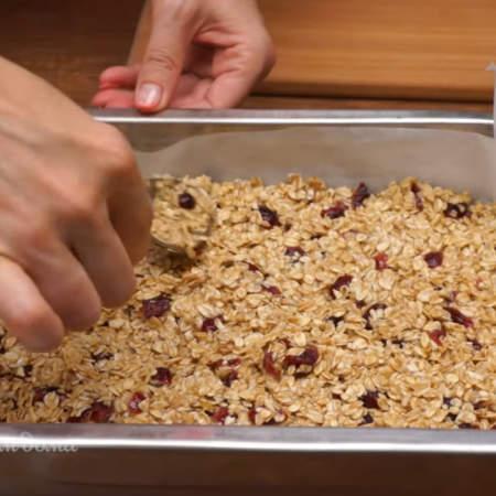 Приготовленную овсяную смесь высыпаем в форму для выпечки и выравниваем ее по всей форме.