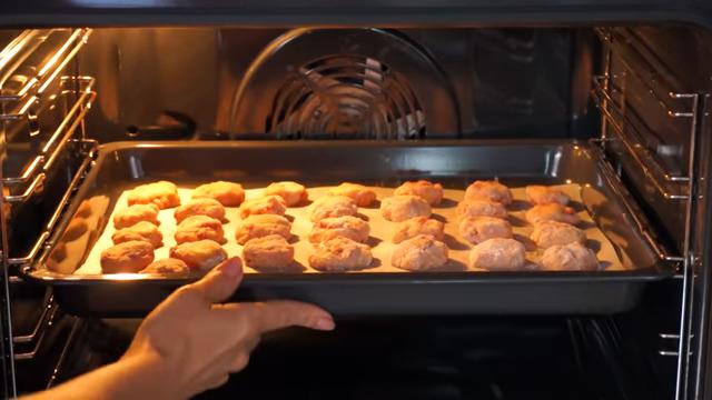 Подготовленное печенье ставим в духовку разогретую до 180 град и выпекаем 20 минут.
