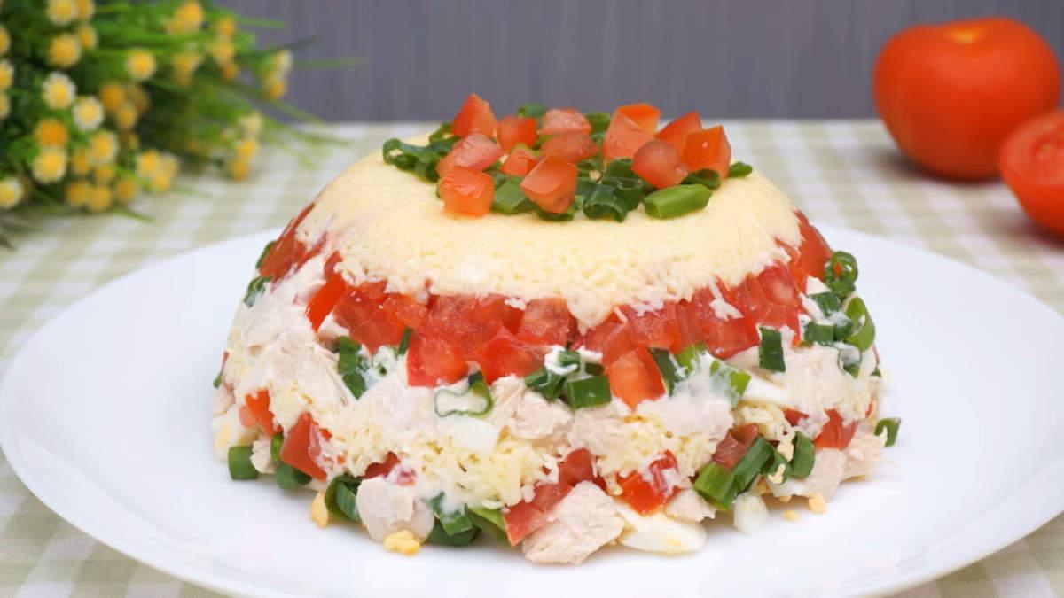 Салат Минутка получился очень вкусным и сытным. Когда гости на пороге и нужно приготовить что-то вкусное, то этот рецепт салата вас точно выручит.