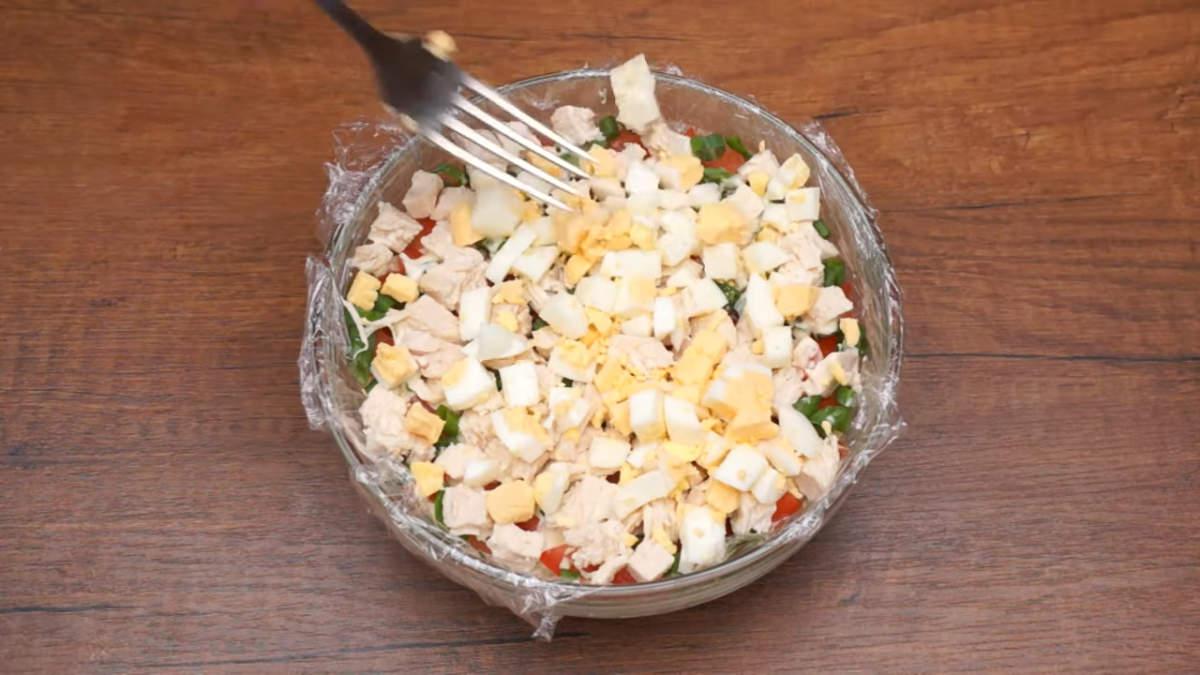 После этого повторяем все слои заново. Сыр, помидоры, зеленый лук, мясо, вареные яйца. Салат ставим в холодильник на 15-20 минут, чтоб он настоялся. Если нет времени, то этот момент можно упустить.