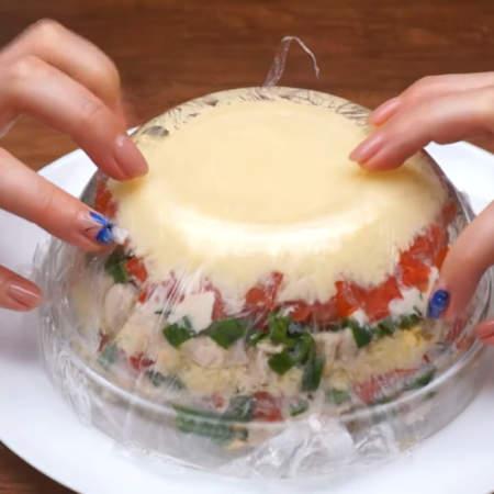 Готовый салат переворачиваем на тарелку.