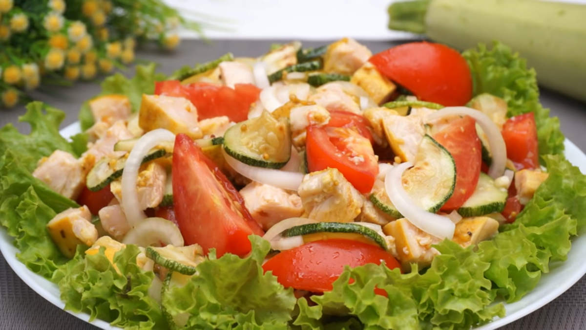 Салат готов можно подавать на стол. Салат с кабачком, филе и овощами получился очень вкусным. Салат очень легкий за счет овощей, и одновременно сытный, благодаря мясу. Такой салат отлично подходит как на каждый день так и на праздничный стол.