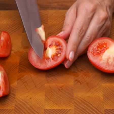 3 помидора среднего размера разрезаем пополам и вырезаем место крепления плодоножки.
