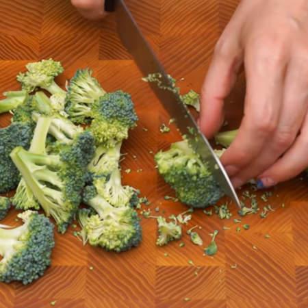 Сначала подготовим ингредиенты. 200 г капусты брокколи моем и разрезаем на небольшие соцветия.