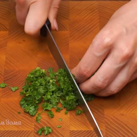 Мелко режем небольшой пучок петрушки.