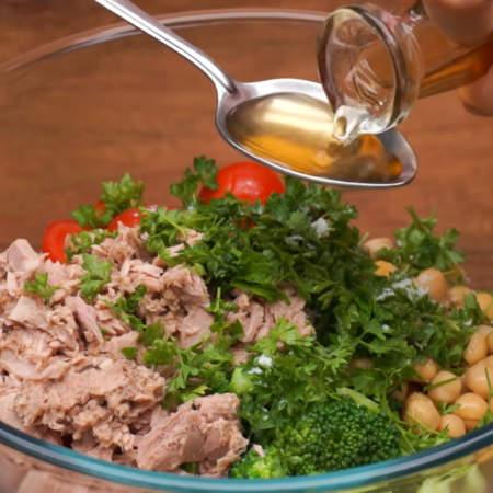 В миску кладем подготовленные соцветия брокколи, 200 г консервированного нута, 2 ст. л. каперсов, нарезанные помидоры, консервированный тунец и петрушку. Салат немного солим, не забываем, что каперсы и тунец уже соленые, добавляем 1 ст.л. яблочного уксуса или лимонного сока и заправляем примерно 2 ст.л. растительного масла.