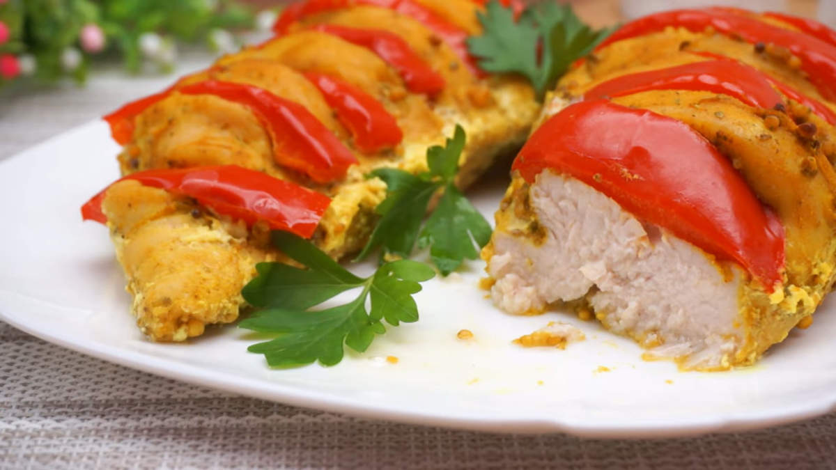 Куриная грудка в духовке получилась сочной, очень вкусной и ароматной. Готовится она очень просто и легко. Такое мясо можно подавать с любой кашей или картофелем  Обязательно приготовьте, это очень вкусно.