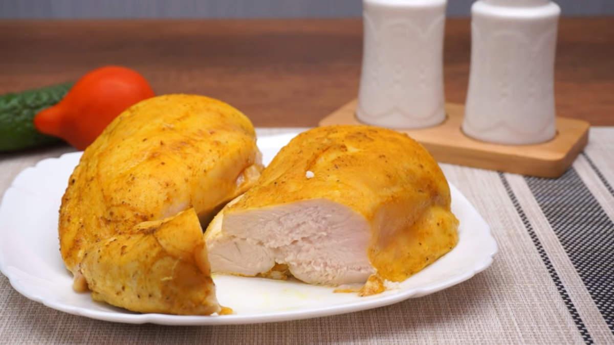 Куриное филе запеченное в духовке получилось вкусным и сочным. Готовится оно очень просто и легко. Такое мясо отлично подходит для приготовления салата.