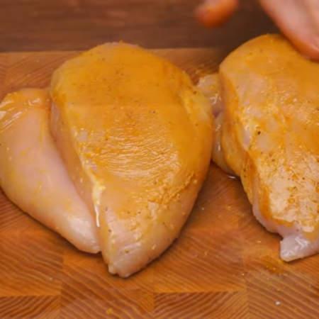 и руками распределяем все приправы по поверхности мяса.