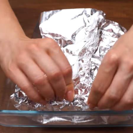 Фольгу плотно заворачиваем со всех сторон так, чтобы куриное филе было герметично закрыто в фольгу.