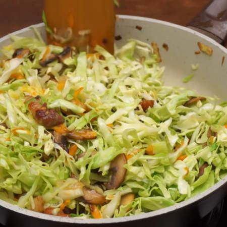 Сковороду накрываем крышкой и тушим на небольшом огне примерно 15-20 минут, до готовности. Если в сковороде не будет хватать жидкости, то нужно долить еще немного горячей воды.