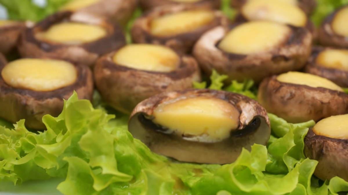 Закуска с грибами и сыром получилась вкусная и легкая. Готовится она очень быстро и просто.
