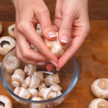 500 г шампиньонов  моем и отламываем у них ножки. Ножки нам не понадобятся, из них можно приготовить, например, вкусный грибной суп или грибную подливу. Грибы для этой закуски желательно брать среднего размера и не переспевшие.