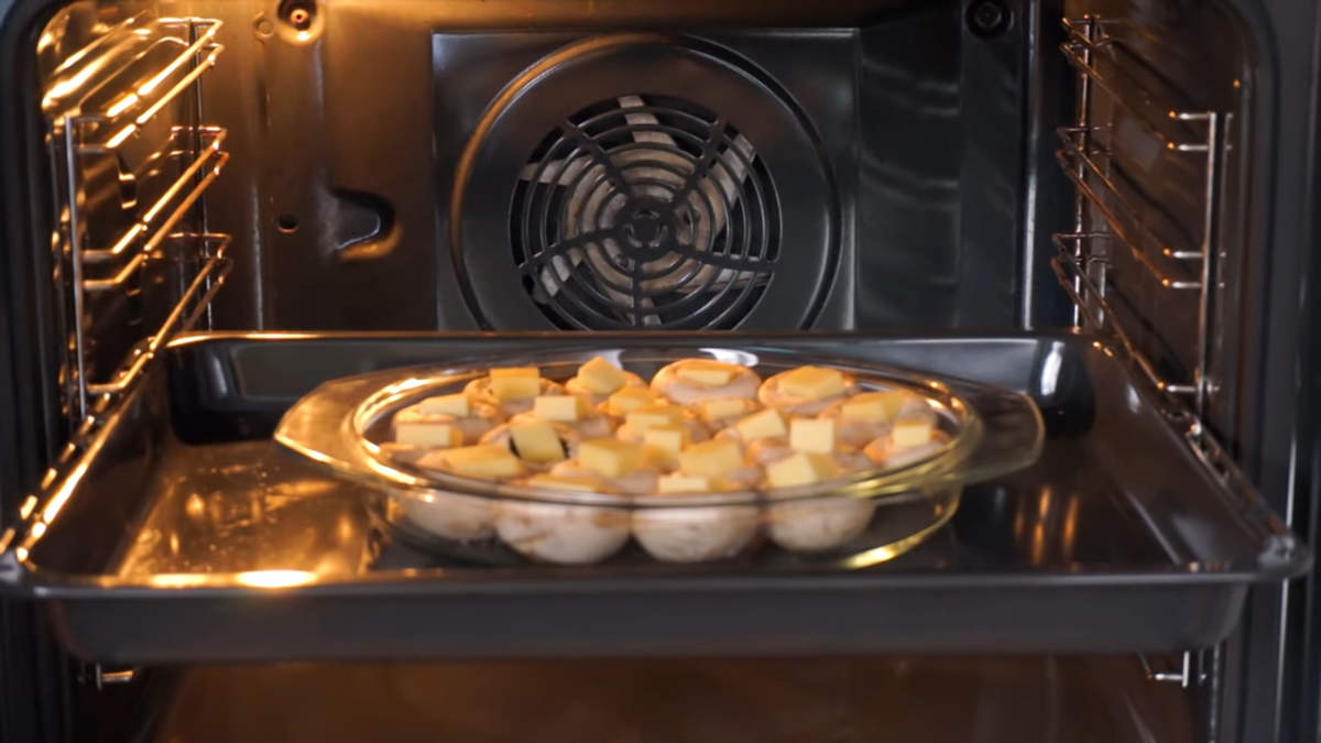 Все ставим в духовку разогретую до 180 градусов. Запекаем примерно 10 минут, пока не расплатится сыр.