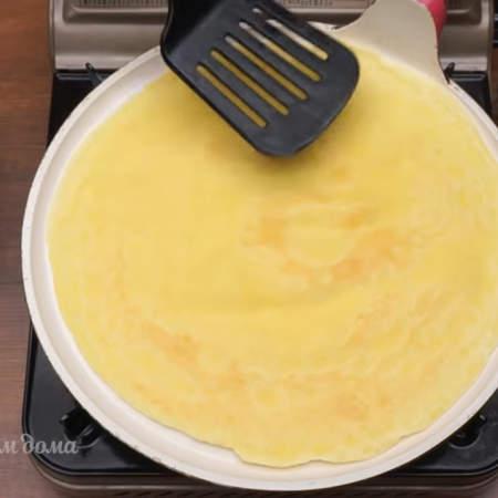 Жарим блины на сковороде хорошо разогретой сковороде. Перед первым блином сковороду смазываем растительным маслом.