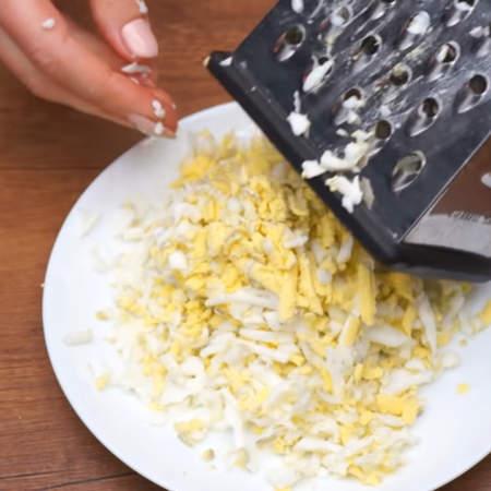 Теперь приготовим начинку для блинов. 10 вареных яиц трем на крупной терке.