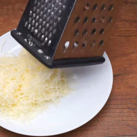 250 г сыра трем на мелкой терке.
