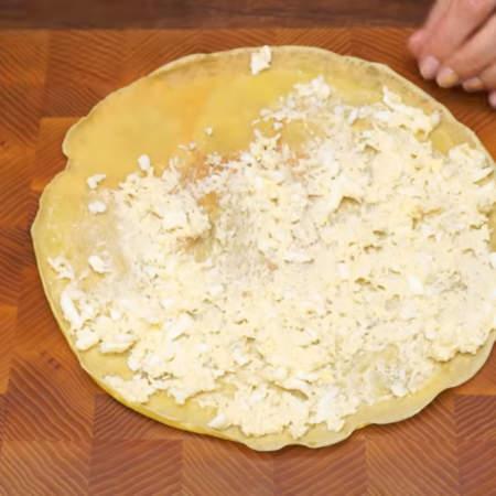 Кладем блин и смазываем его по всей поверхности приготовленной начинкой. Начинки много класть не нужно. Блин с начинкой сворачиваем трубочкой. Так начиняем все блины.