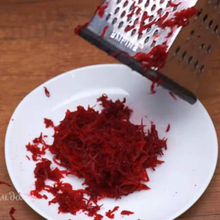А за это время мы приготовим натуральные красители для блинов. Для красных блинов нужно выдавить сок из свёклы. 1 небольшую сырую свеклу трем на мелкой терке.