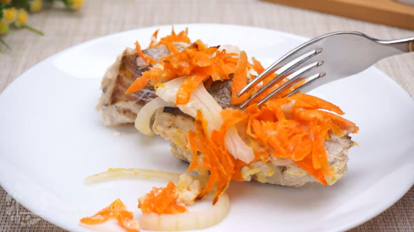 Хек с овощами получился очень вкусный и ароматный. Готовить его очень легко и просто. Подавать такую рыбу можно с любой кашей или картошкой.