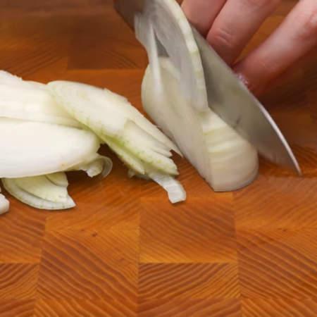Одну большую луковицу нарезаем полукольцами.