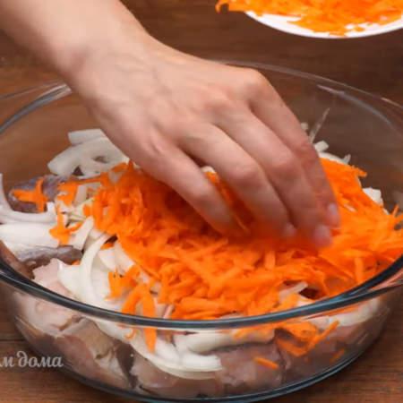 Поверх лука насыпаем тертую морковь. По желанию овощи можно предварительно поджарить на сковороде.