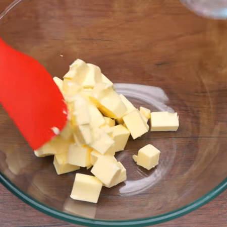 Заварная основа остыла, продолжаем готовить крем. В миску кладем 250 г сливочного масла комнатной температуры.