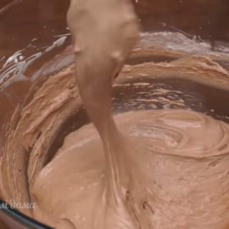 Тесто аккуратно вымешиваем лопаткой или ложкой. Тесто не должно упасть, а должно получится воздушным и легким.