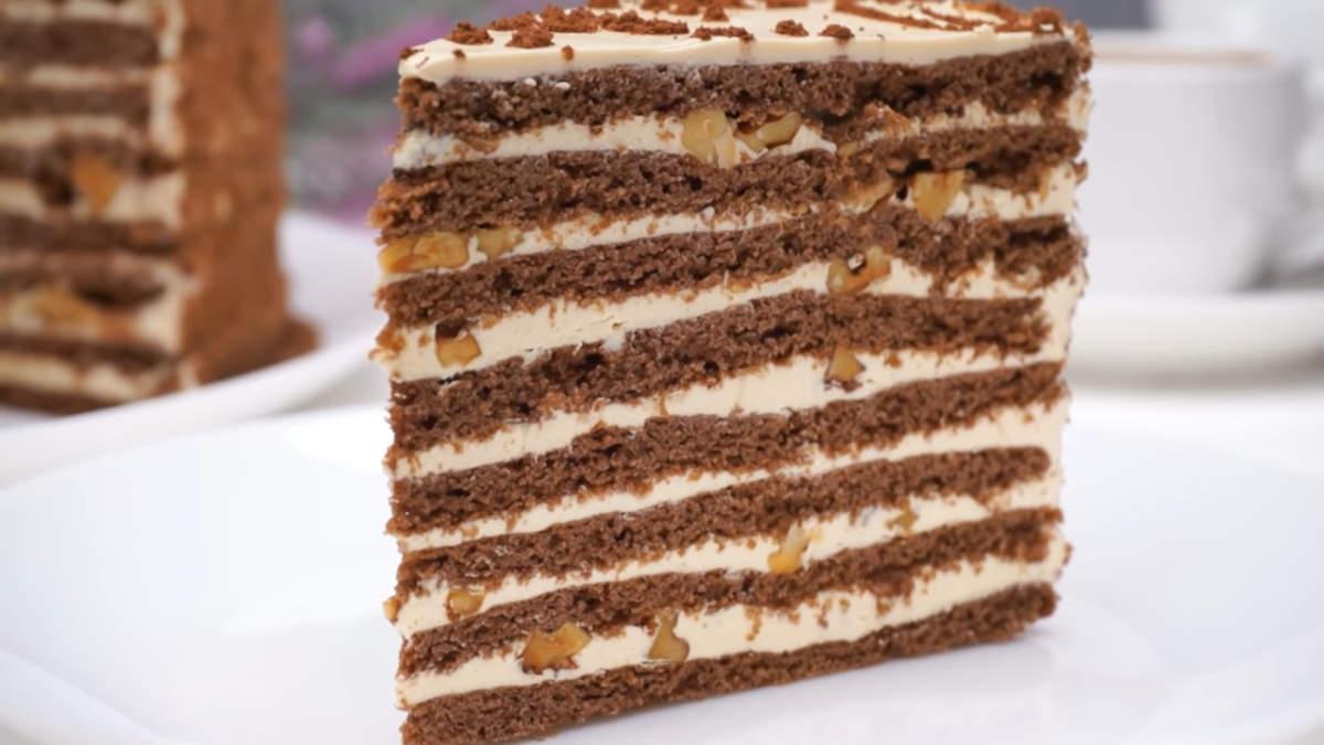 Торт Спартак получился очень вкусным. Шоколадные песочные коржи и нежный карамельный крем в сочетании с жаренными орешками дают неповторимый взрыв вкуса. Обязательно приготовьте такой торт, равнодушных к нему не останется.