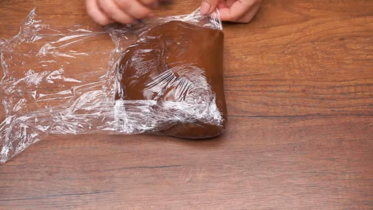 Приготовленное тесто заматываем в пищевую пленку и кладем в холодильник отлежатся и остыть минимум на 2 часа. Это тесто можно замесить заранее и оставить в холодильник на ночь или даже на сутки.