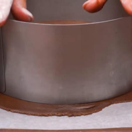 Из раскатанного теста вырезаем круг металлической раздвижной формой для торта. Также тесто можно вырезать крышкой от кастрюли или приложив что-то круглое вырезать ножом. Диаметр моих коржей 21 см. Из этого количества теста у меня получилось 8 коржей.