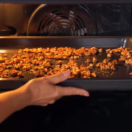 Также для торта понадобится 100 г грецких орехов. Очищенные орехи высыпаем на противень. Ставим обязательно в холодную духовку, включаем на 170 град и сушим 15 минут.