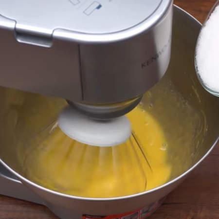 Постепенно к желткам добавляем 230 г сахара.