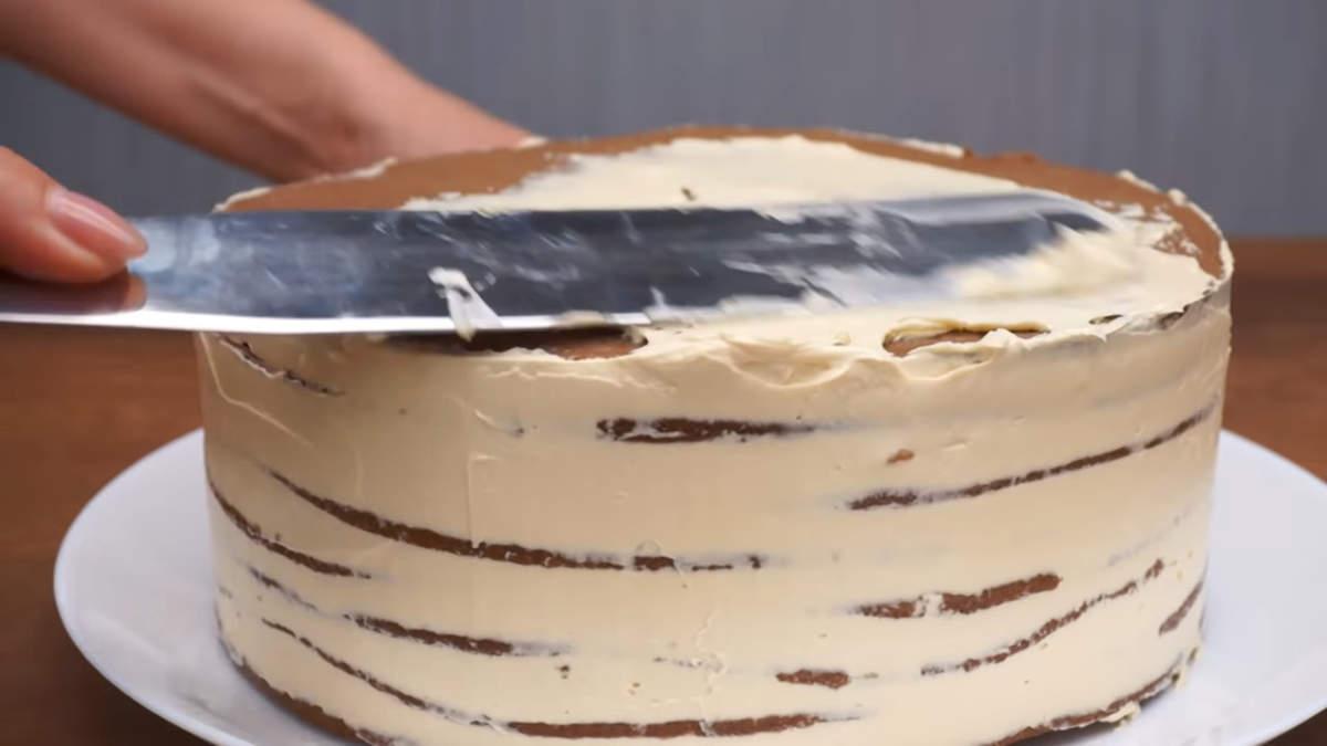 Торт настоялся,достаем его из холодильника, снимаем кольцо и ацетатную пленку. Торт обмазываем оставшимся кремом по бокам и сверху.