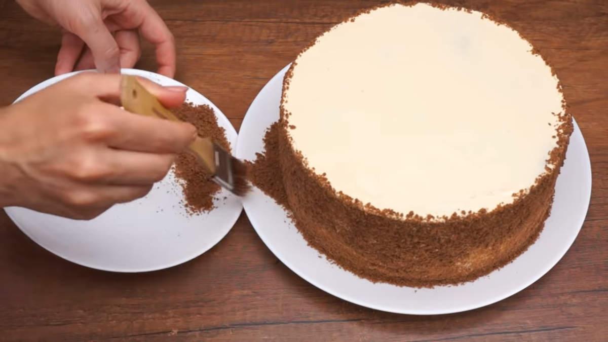 Излишки крошки сметаем с блюда той же самой кисточкой. Торт ставим на 10 минут в холодильник, чтоб застыл верхний крем.