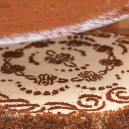 Трафарет кладем на торт и обильно посыпаем какао. Снимаем трафарет.  Торт готов.