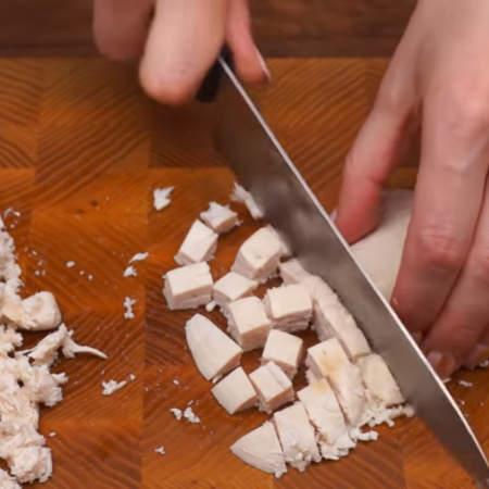 Сначала подготовим начинку. 300 г вареного куриного филе нарезаем небольшими кубиками.