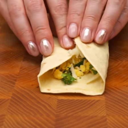 Лепешку сворачиваем со всех сторон квадратным конвертом.