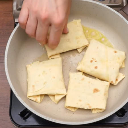 Готовые лепешки обжариваем на сковороде с небольшим количеством сливочного или растительного масла.
