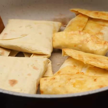Обжариваем с двух сторон, чтоб все хорошо прогрелось и расплавился сыр.