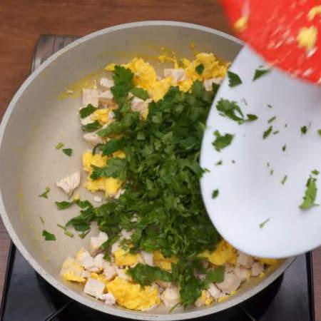 Выключаем газ, а в сковороду добавляем нарезанное куриное мясо и петрушку.