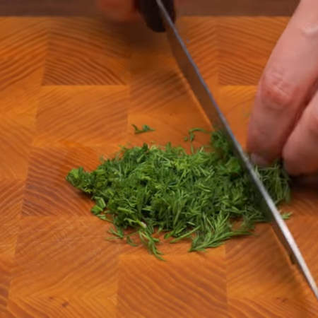 Пока запекаются кабачки приготовим соус. Мелко режем небольшой пучок укропа.