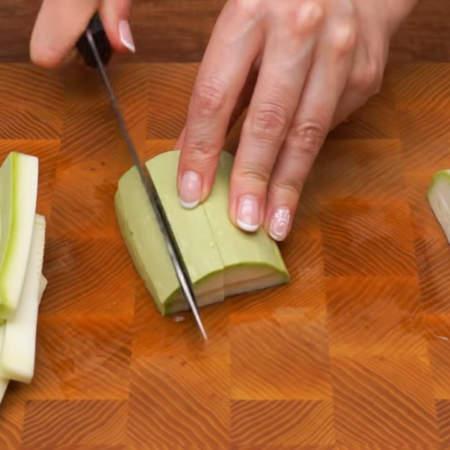 Пластинки разрезаем опять на 4 части и получаются вот такие брусочки. Так нарезаем все кабачки.