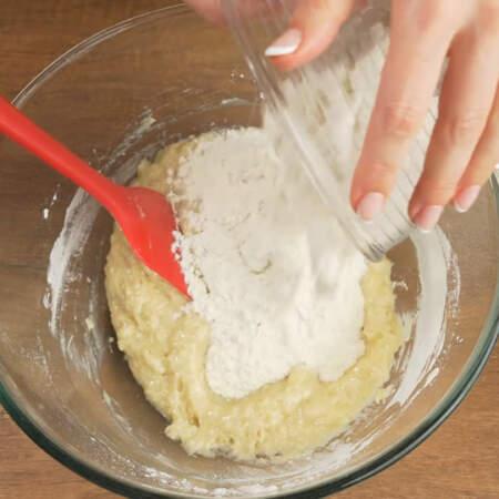 В тесто добавляем оставшуюся муку.