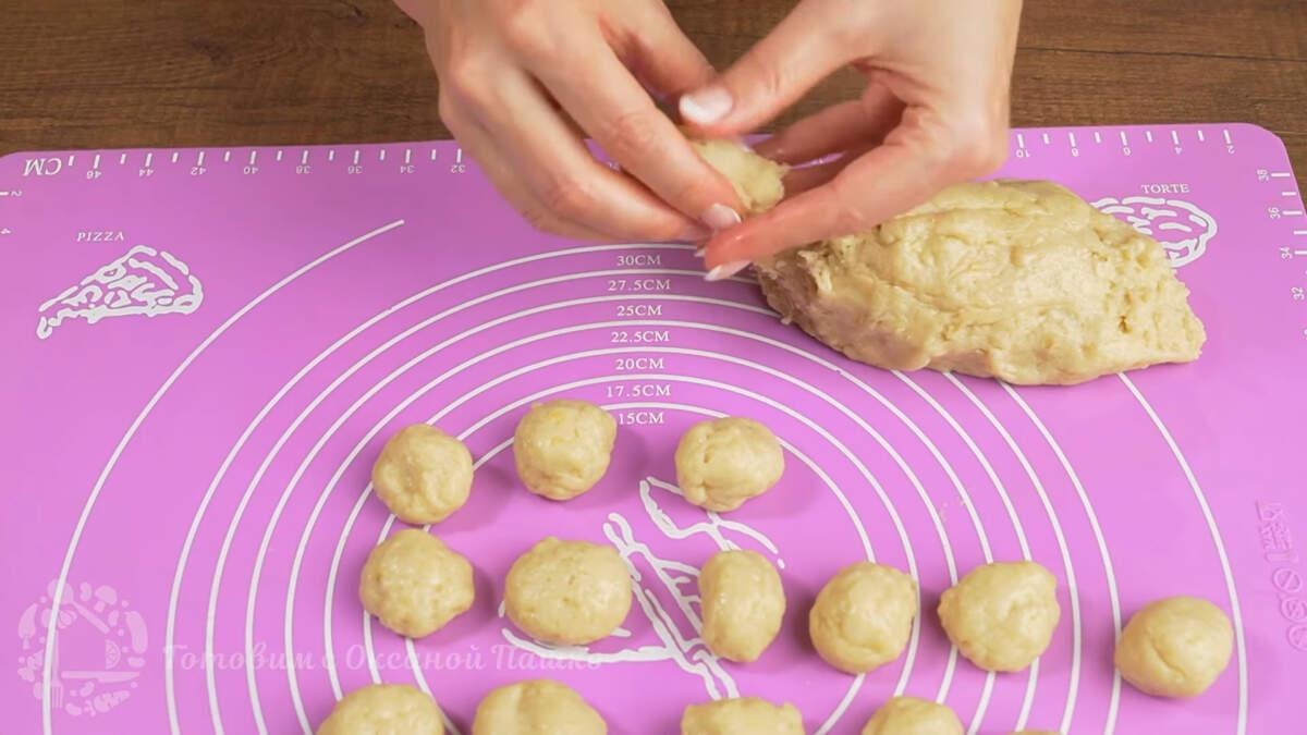 Из готового теста сразу же формируем небольшие шарики. Размер шариков немного меньше грецкого ореха.