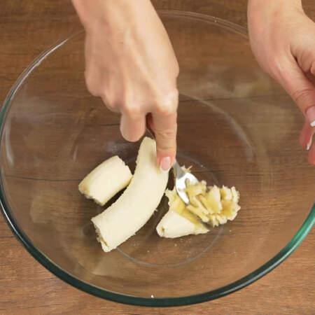 Спелый банан чистим от кожуры и кладем в миску.